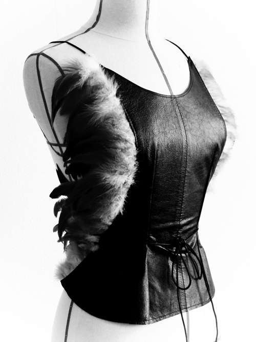 couture-style-bustier-cuir-plumes-yannick-toussaint-styliste-strasbourg
